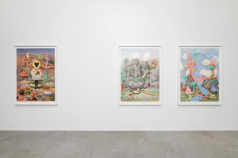 """Corentin Grossman, de gauche à droite : """"Un doute intersidéral"""" (2019), """"L'Oiseau rare"""" (2019), """"Océaniania"""" (2019). Vue de l'exposition """"Futur, ancien, fugitif"""", Palais de Tokyo (16.10.19 – 05.01.20). Courtesy de l'artiste & Galerie Art : Concept (Paris). Crédit photo : Aurélien Mole"""