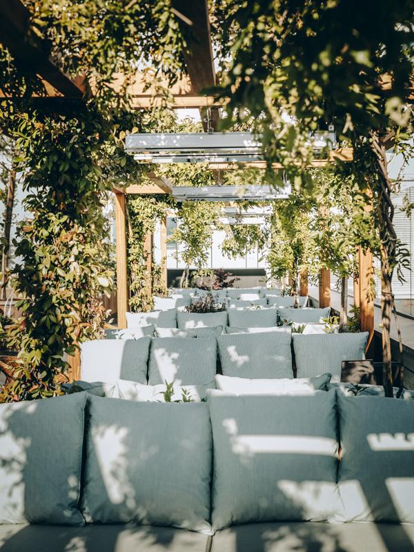 Coin canapé sur la terrasse © Le Perchoir
