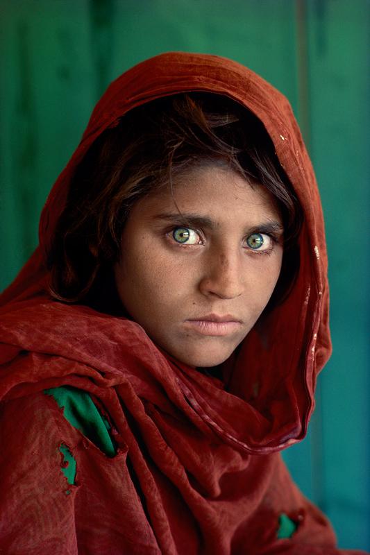 "Sharbat Gula ou ""L'Afghane aux yeux verts"", Pakistan, 1984  ©Steve McCurry"