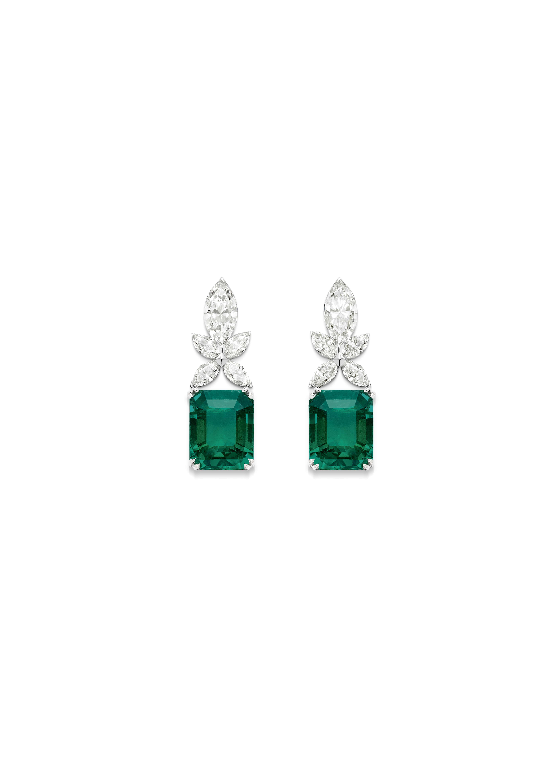 Boucles d'oreille émeraude Piaget Treasures. Boucles d'oreille en or blanc serties de 10 diamants taille marquise (environ 1,60 ct) et de 2 émeraudes taille en escalier (environ 1,85 ct chacune)