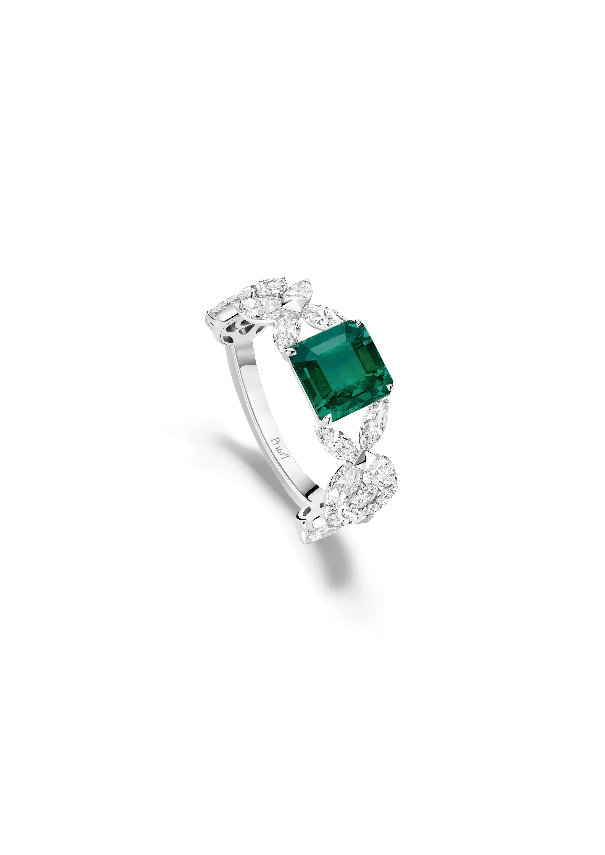 Bague émeraude Piaget Treasures. Bague en or blanc sertie de 18 diamants taille brillant (environ 0,13 ct), de 10 diamants taille en poire (environ 2,50 cts), de 10 diamants taille marquise (environ 0,70 ct), d'une émeraude de Colombie taille coussin (environ 4,32 cts)