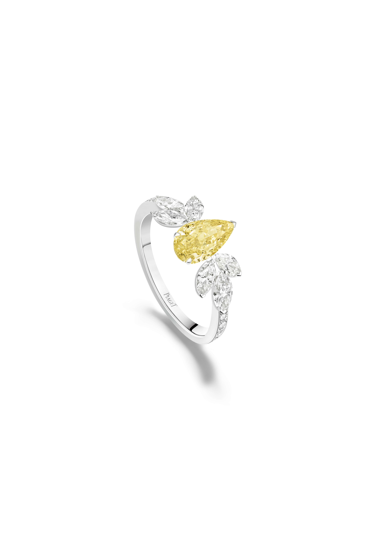 Bague diamant jaune Piaget Treasures. Bague en or blanc sertie de 10 diamants taille brillant (environ 0,12 cts), de 6 diamants taille marquise (environ 1,02 ct), d'un diamant jaune taille en poire (environ 1,21 ct)