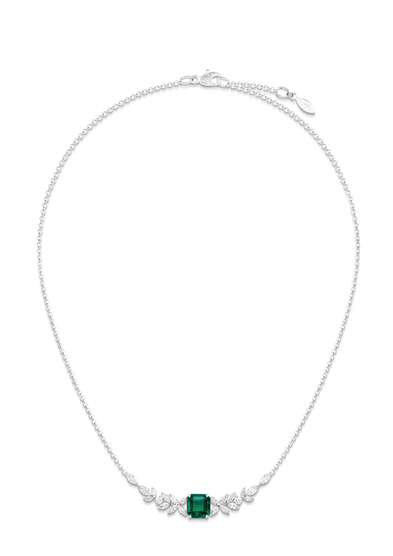 Collier émeraude Piaget Treasures. Collier en or blanc serti de 24 diamants taille brillant (environ 1,86 ct), de 20 diamants taille marquise (environ 2,08 cts) et d'une émeraude taille en escalier (environ 1,72 ct)