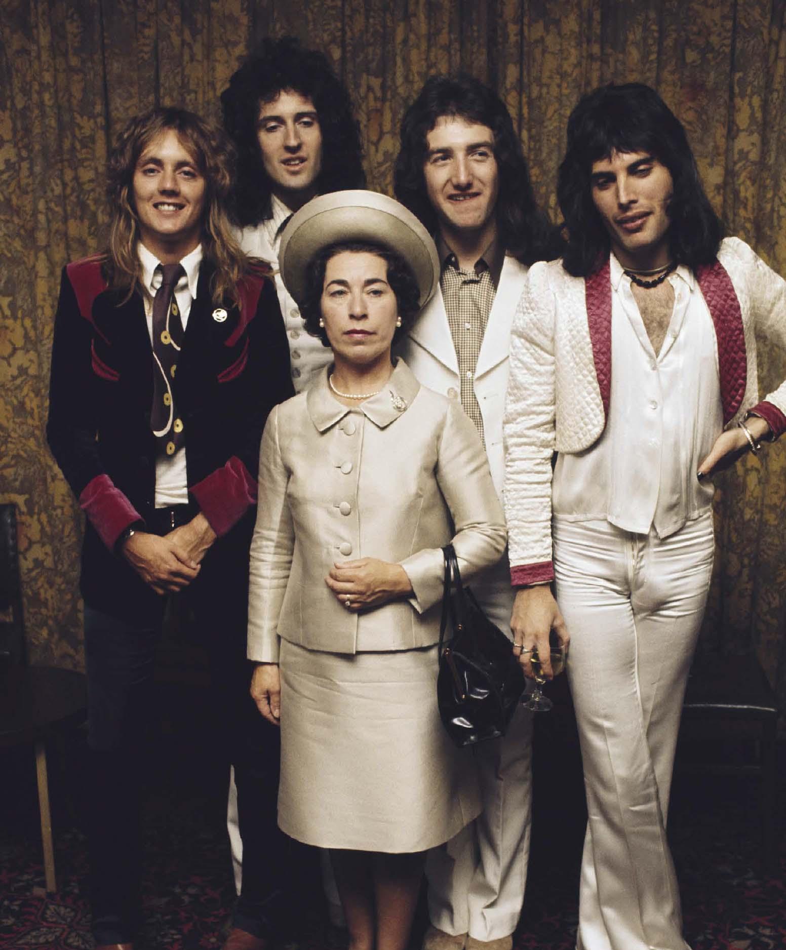 Le groupe pose avec un sosie de la Reine Elisabeth II en septembre 1974. Michael Putland/Getty Images.