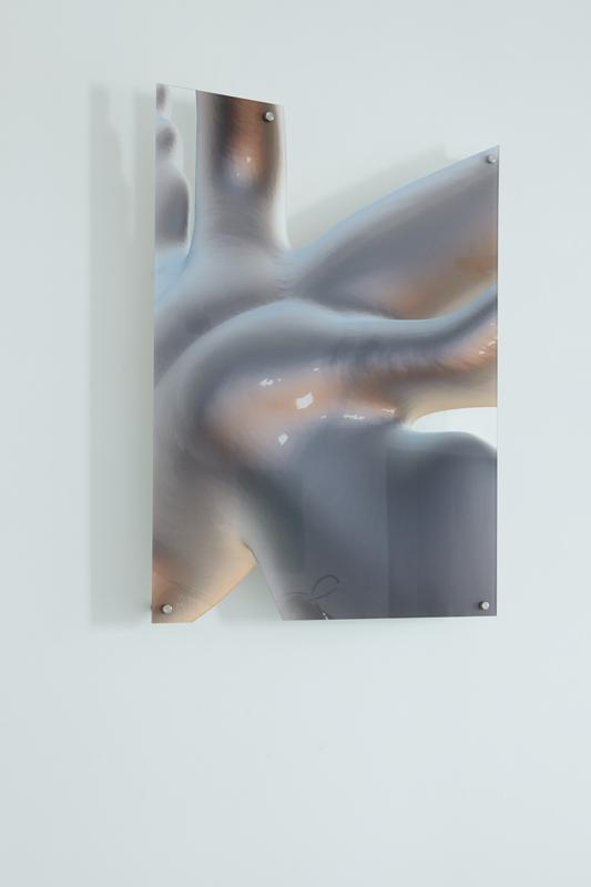 """Salomé Chatriot, Détail de """"Machine 1"""" ( de """"Fragile Ecosystem""""), 2019. Métal, résine, fontaine, système de refroidissement pour micro processeur, tubes, plexiglass. 150 x 90 x 60 cm"""