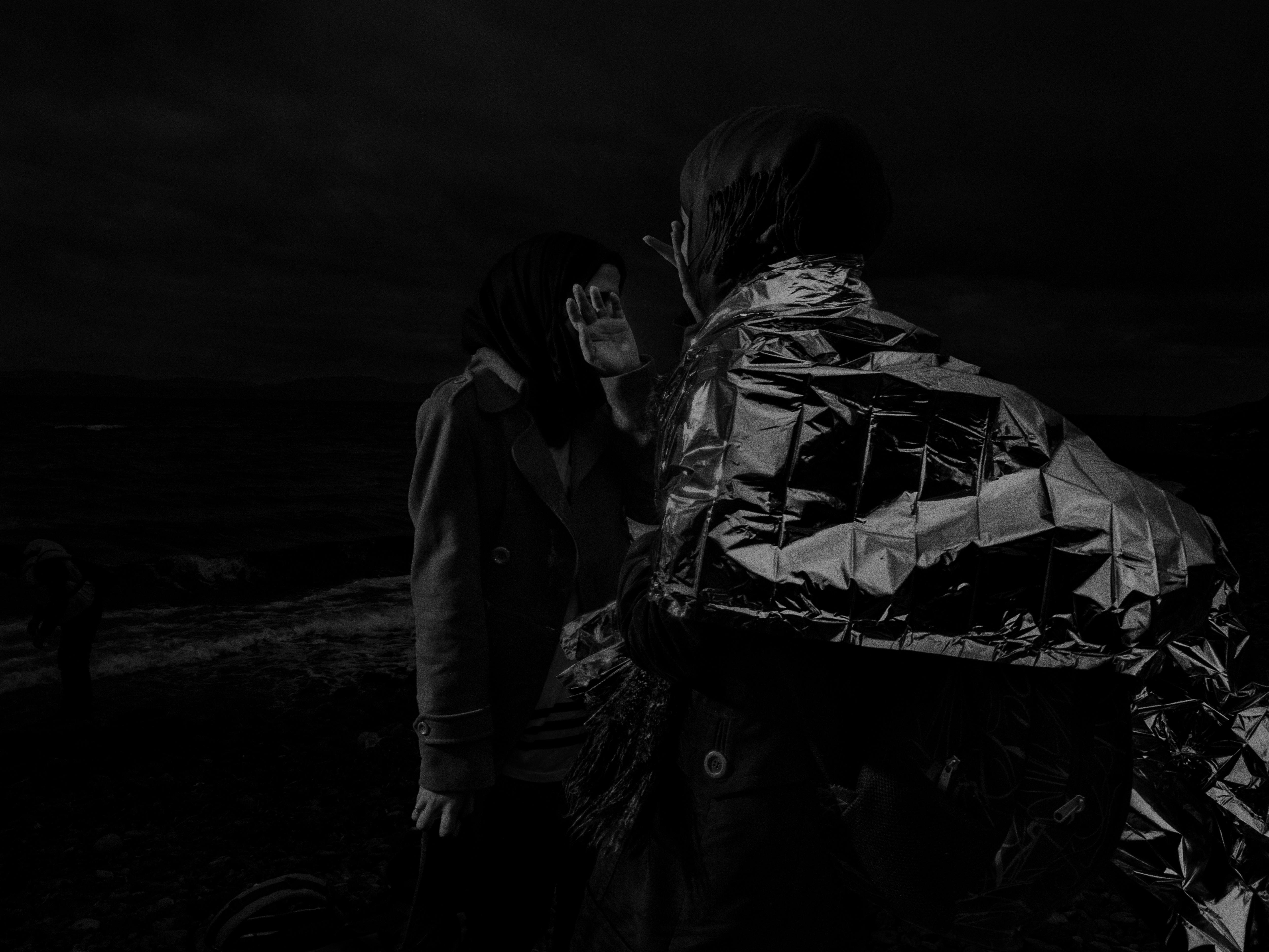 Alex Majoli, Grèce, Lesbos, 2015, Scene #0302 © Alex Majoli / Magnum Photos Des réfugiés et des migrants de Syrie, d'Afghanistan, du Pakistan, de Somalie débarquent à Lesbos, depuis les côtes turques.