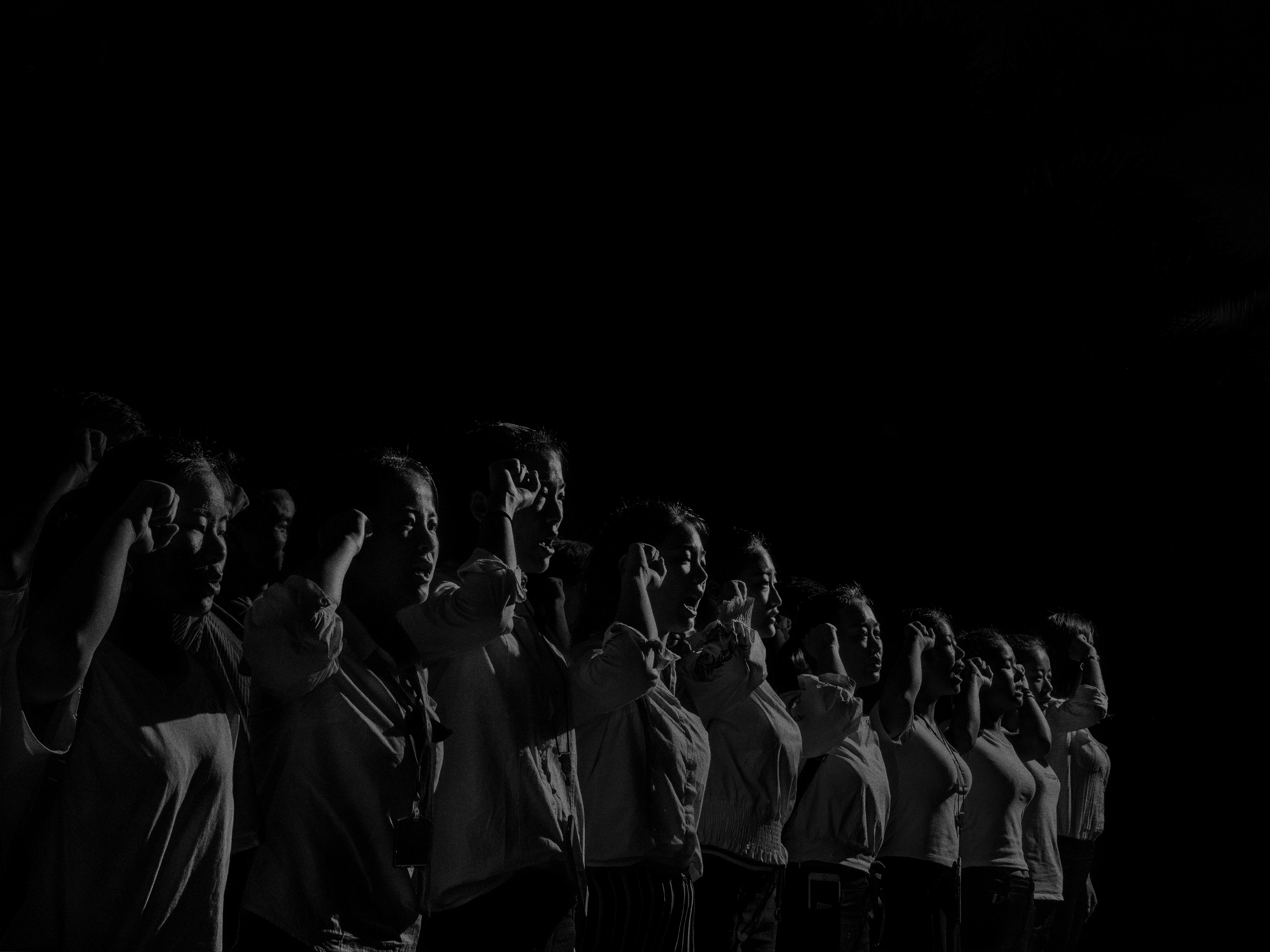Alex Majoli, Chine, Shenzhen, 2017, Scene #1350 © Alex Majoli / Magnum Photos Les employés d'un institut de beauté participent à une réunion de motivation avant de commencer leur travail.