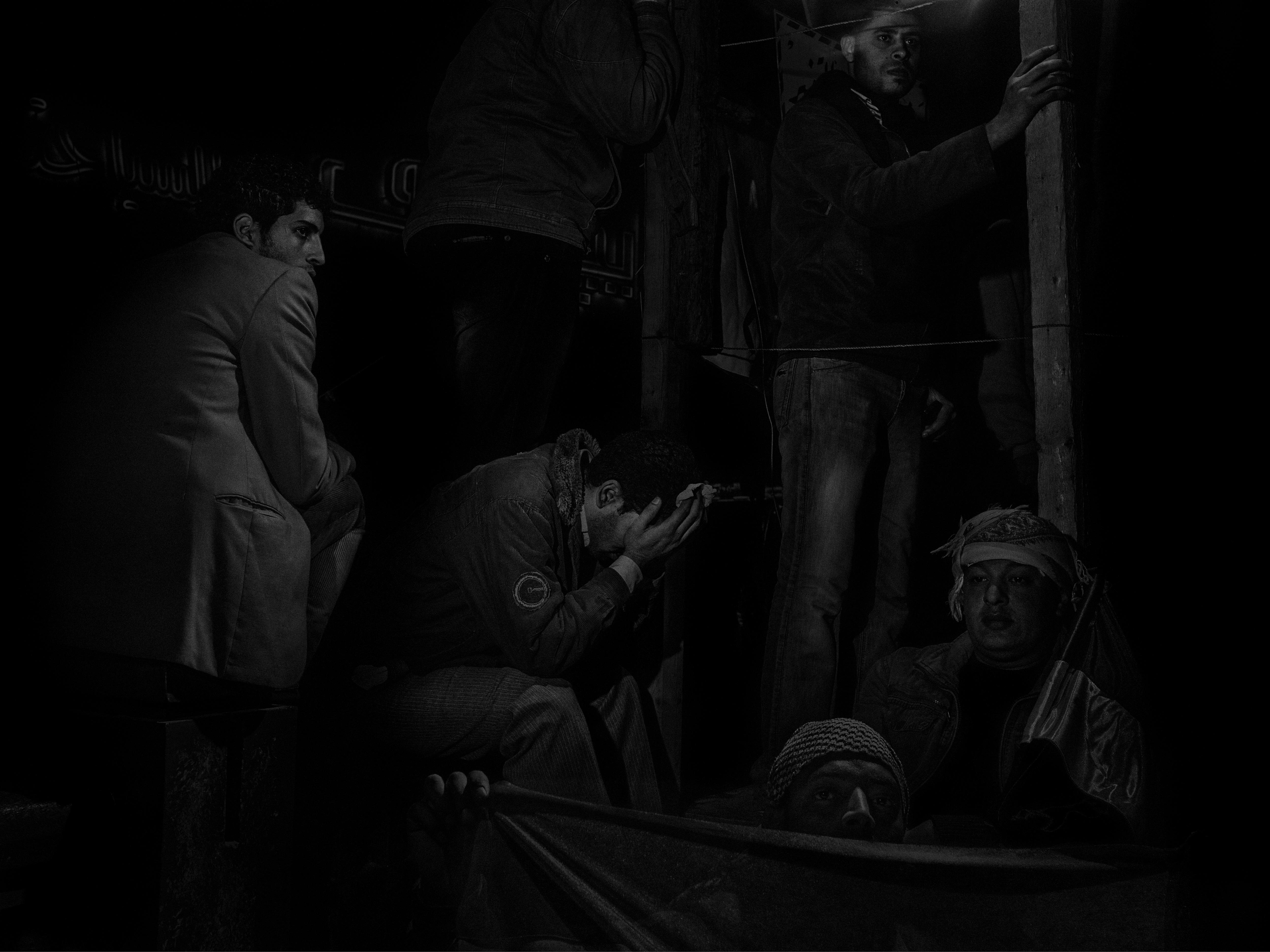 Alex Majoli, Égypte, Caire, 2011, Scene #4746 © Alex Majoli / Magnum Photos Des manifestants place Tahrir écoutent le discours du président Hosni Moubarak, dans lequel il annonce qu'il ne rennoncera pas au pouvoir.