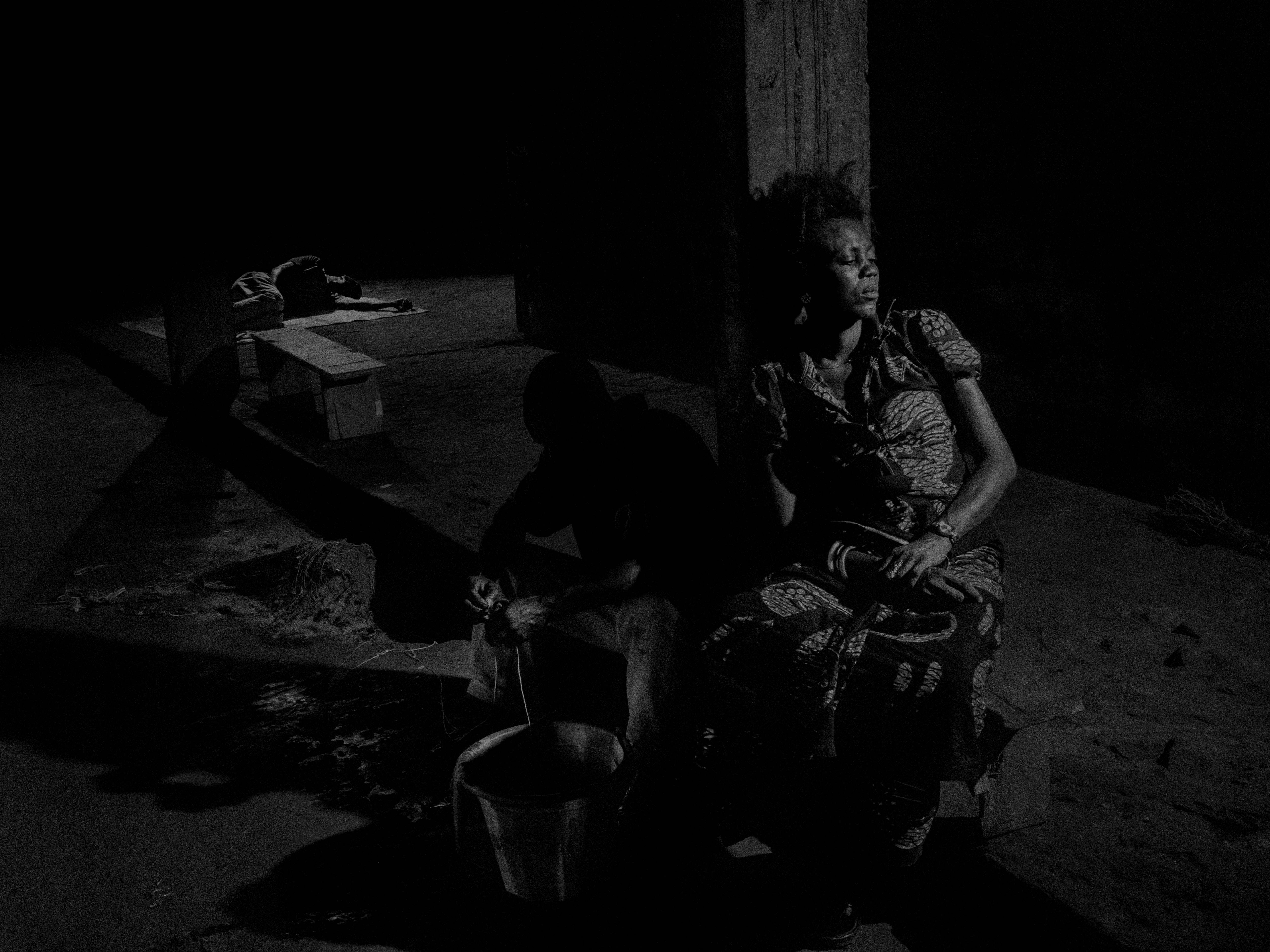 Alex Majoli, République du Congo, 2013, Scene #9546 © Alex Majoli / Magnum Photos Squatters dans un immeuble abandonné à Pointe Noire.