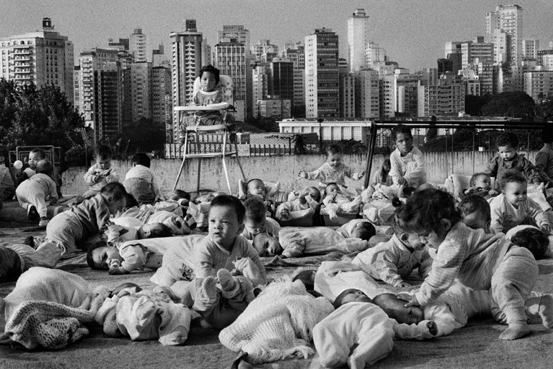 Le centre de la FEBEM (Fondation pour le bien-être de l'enfance) dans le quartier de Pacaembu. Il hébergent quelques 430 enfants, tantôt abandonnés dans les rues, tantôt amenés par leur parent qui ne peuvent s'en occuper. São Paulo. Brésil. 1996.