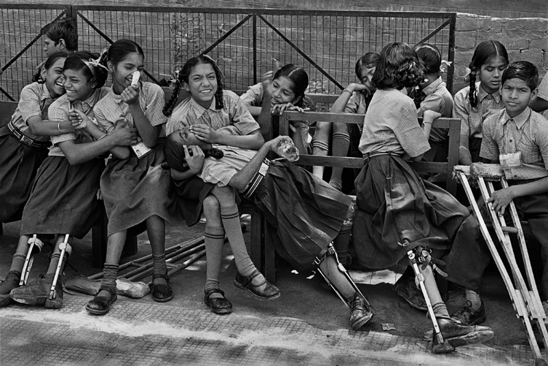Centre de réhabilitation et de recherche Amar Jyoti, fondé en 1981 pour s'occuper des enfants handicappés par la polio. Ce centre offre éducation, thérapie occupationnelle, physiothérapie, formation professionnelle, métiers du design de textile, art de la menuiserie, etc.. Karkar Dooma, East Delhi. Inde, 2001.
