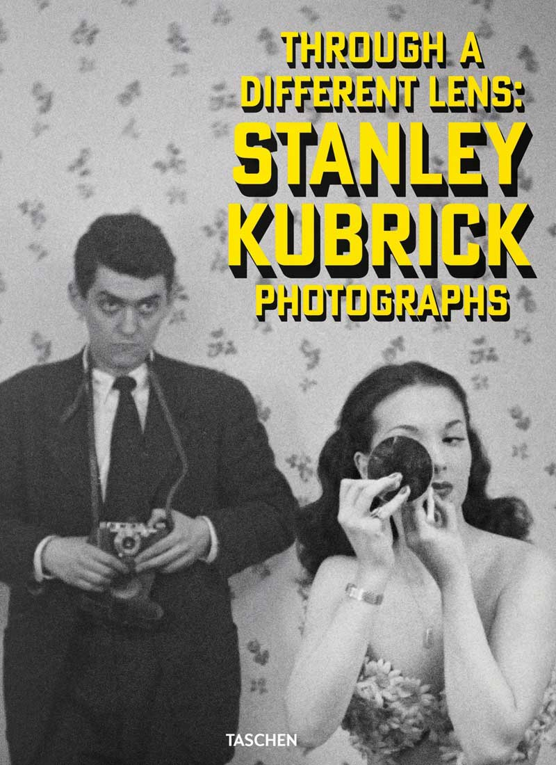 Couverture de Through a Different Lens, par les éditions Taschen, recueil de photographies prises par Stanley Kubrick, à l'occasion de l'exposition sur l'artiste au Museum of the City of New York © Stanley Kubrick -  courtesy Taschen