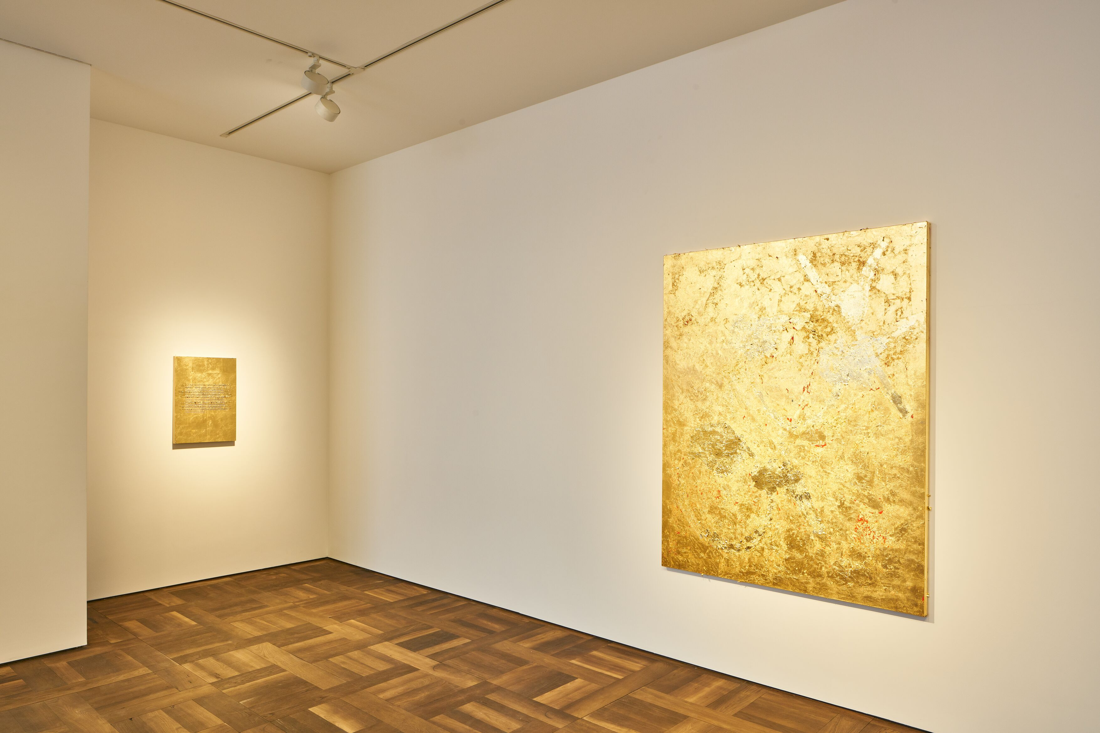 "Vue de l'exposition ""Stefan Brüggemann : UNTITLED ACTION (GOLD PAINTINGS)"", Hauser & Wirth, St. Moritz (2020) © Stefan Brüggemann. Courtesy the artist and Hauser & Wirth. Photo: Jon Etter"