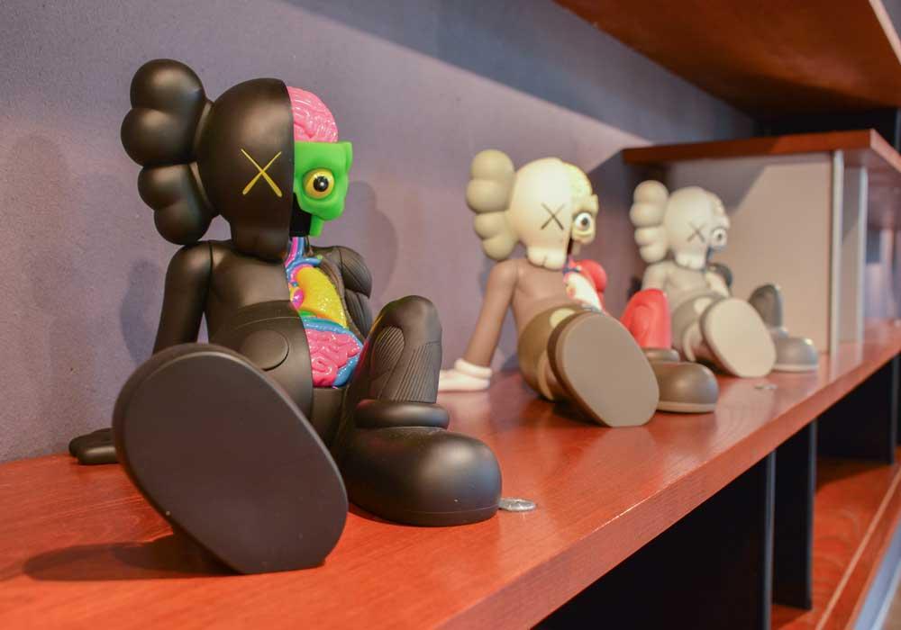Les figurines 4 Foot Companion par Supreme x KAWS, présentées lors de la vente aux enchères de Supreme chez Artcurial. Courtesy of Artcurial.