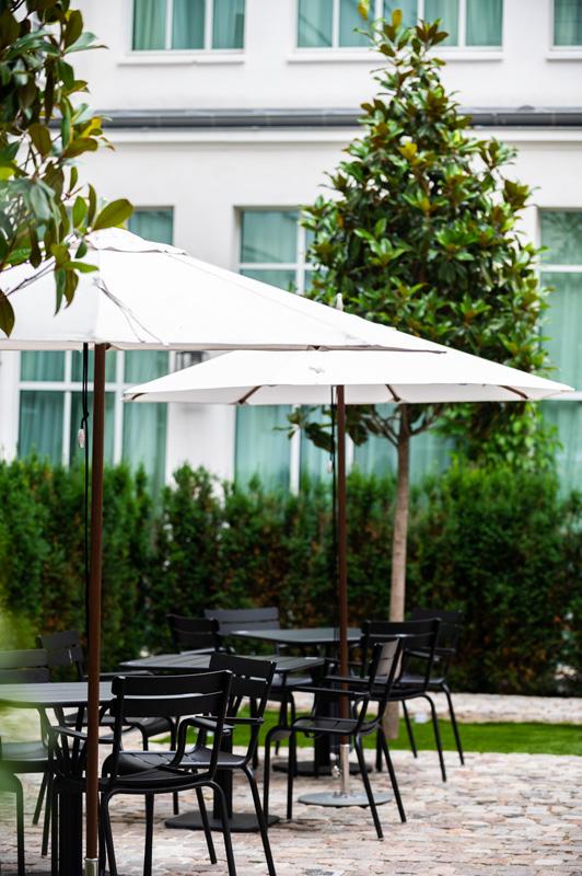 La terrasse du restaurant Rivié à l'hôtel Hoxton et son menu d'été.