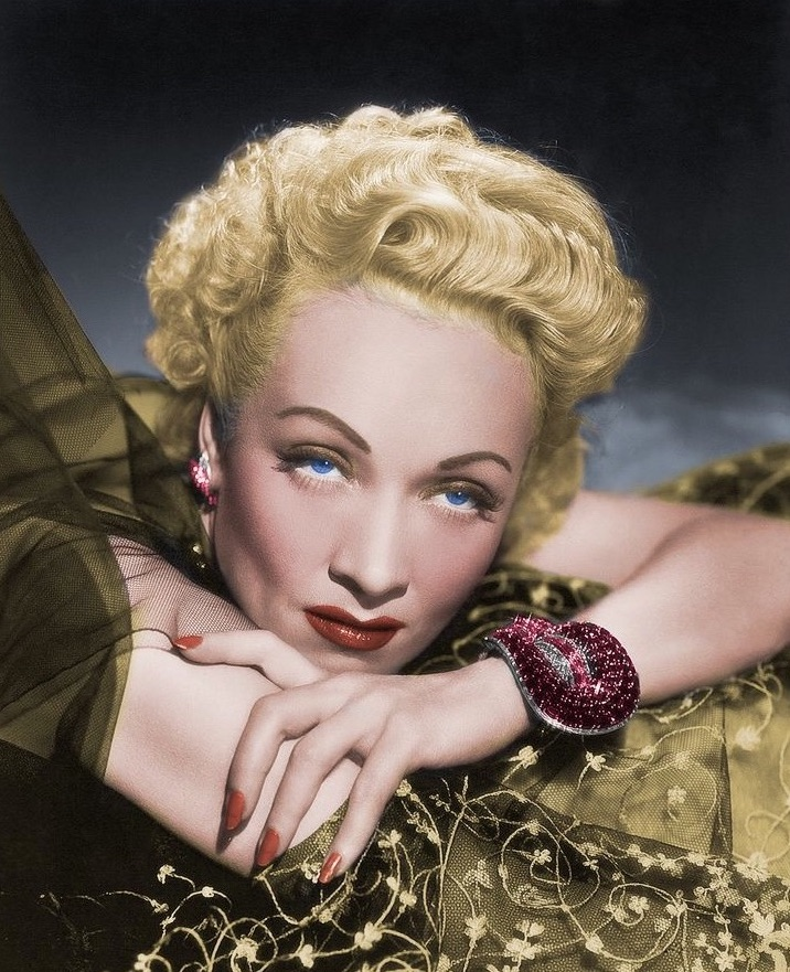 """Le bracelet """"Jarretière"""" par Van Cleef & Arpels, porté par Marlene Dietrich"""