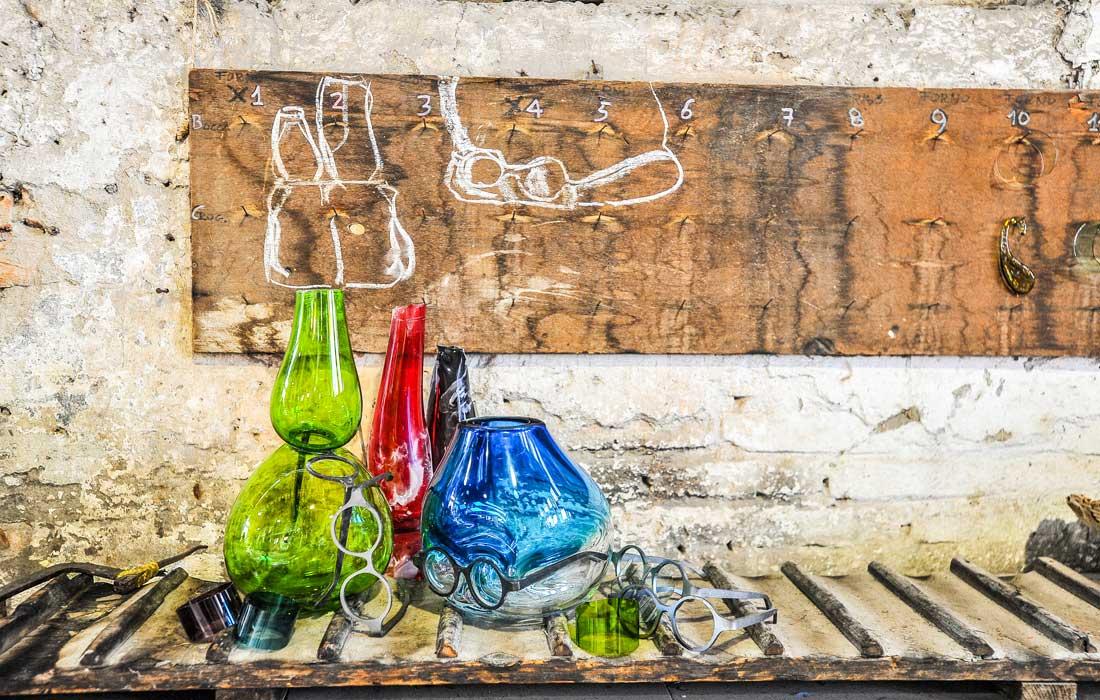 """Ensemble de la collection """"Where are my glasses?"""" de Venini, en collaboration avec le designer Ron Arad, à l'occasion du Salone del Mobile de Milan."""