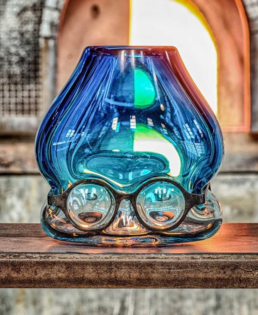 """Le vase Under, de la collection """"Where are my glasses?"""" de Venini, en collaboration avec le designer Ron Arad, à l'occasion du Salone del Mobile de Milan."""