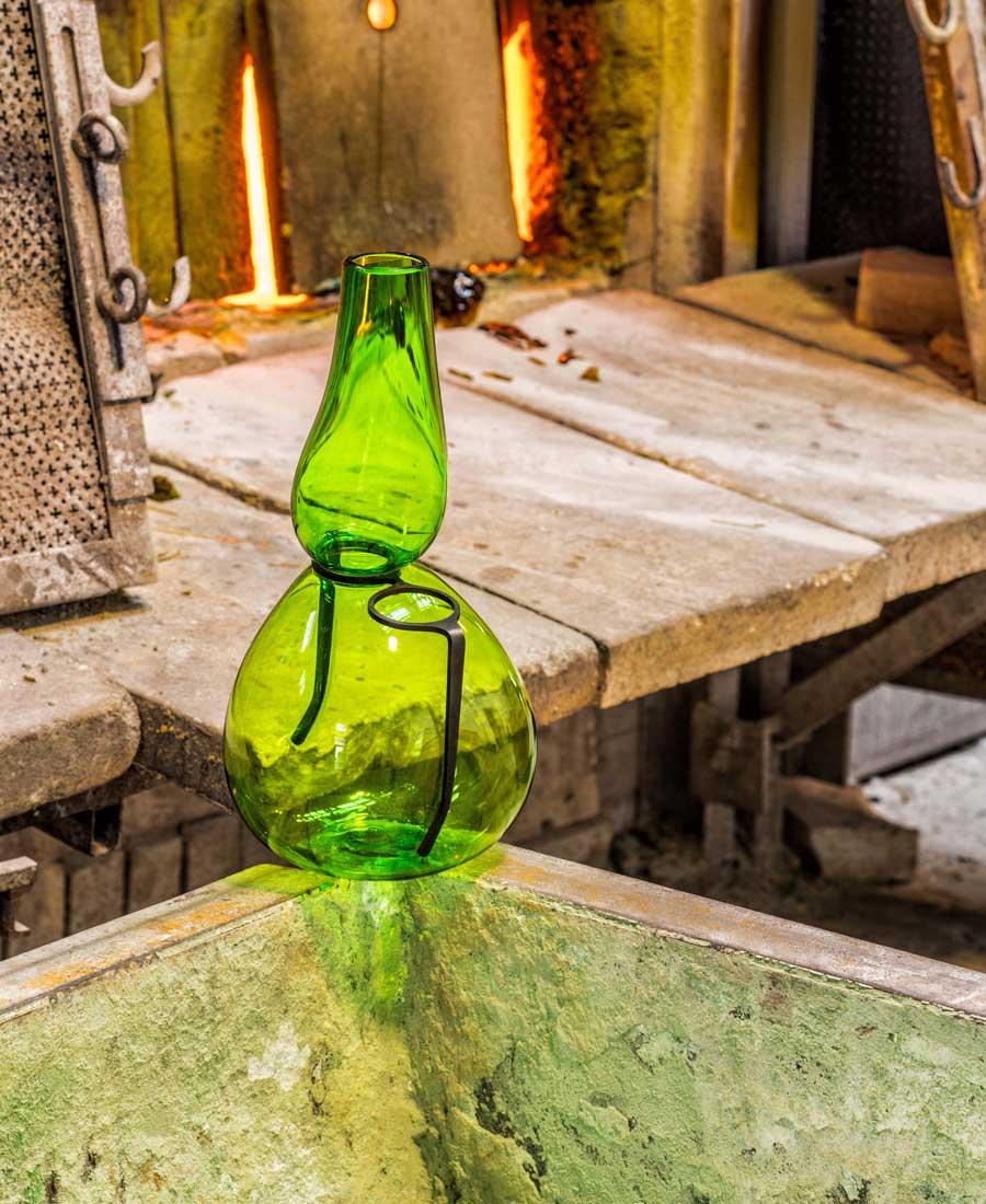 """Le vase Single Lens, de la collection """"Where are my glasses?"""" de Venini, en collaboration avec le designer Ron Arad, à l'occasion du Salone del Mobile de Milan."""