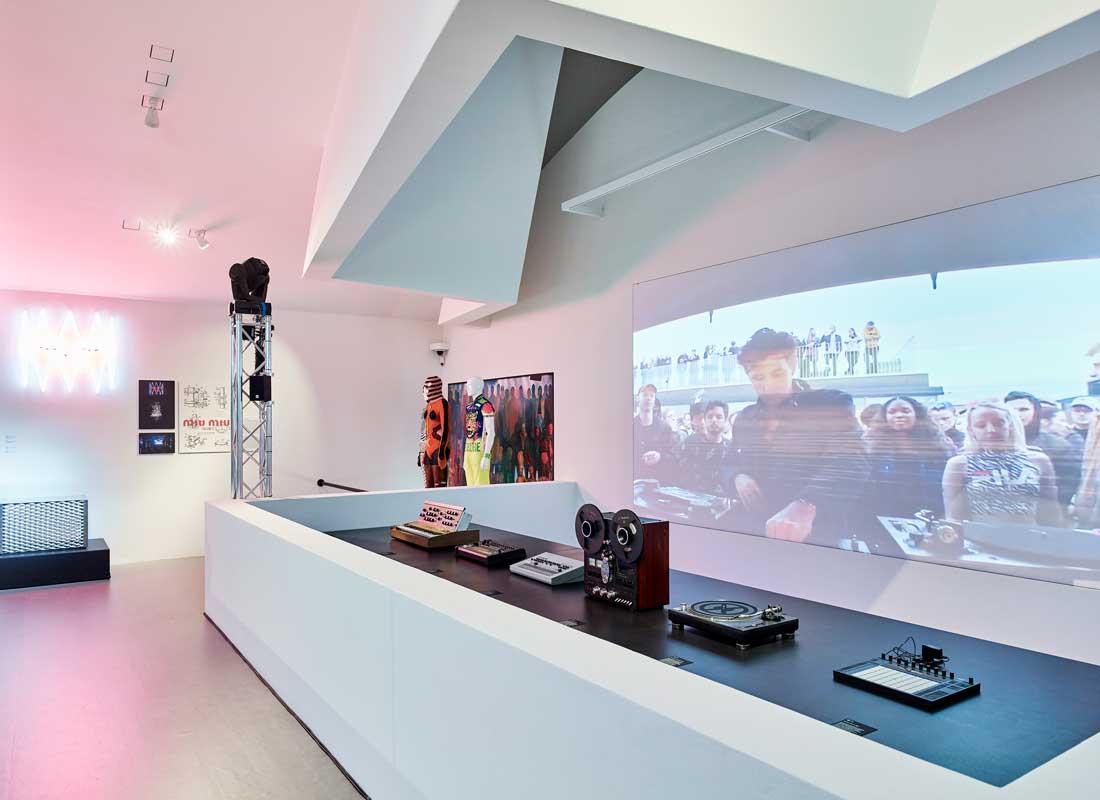 "Vue de l'installation au Vitra Design Museum ""Night Fever. Designing Club Culture 1960 – Today"", 2018 © Vitra Design Museum, photo: Mark Niedermann"