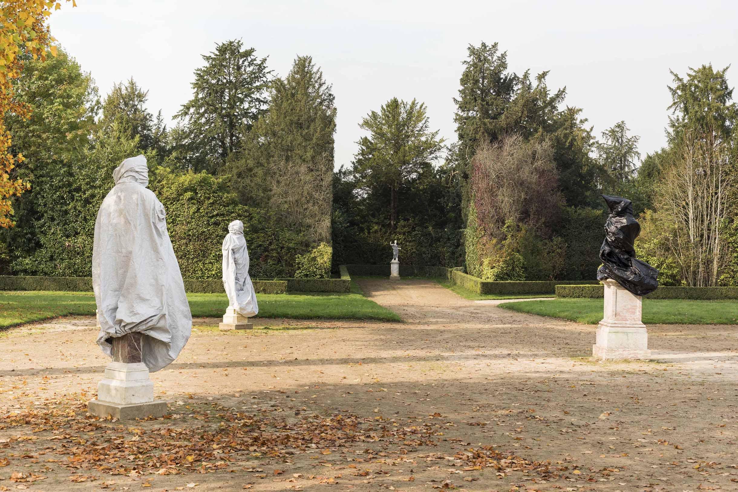 Aménagé en 1778, le Bosquet de la Reine voit apparaître des statues de marbre et de bronze différentes, habillées. L'oeuvre de Rick Owens est une oeuvre textile, le créateur de mode enveloppe les corps de marbres dans un drapés, transformant leur identité. / Rick Owens, untitled, 2017, Courtesy Rick Owens