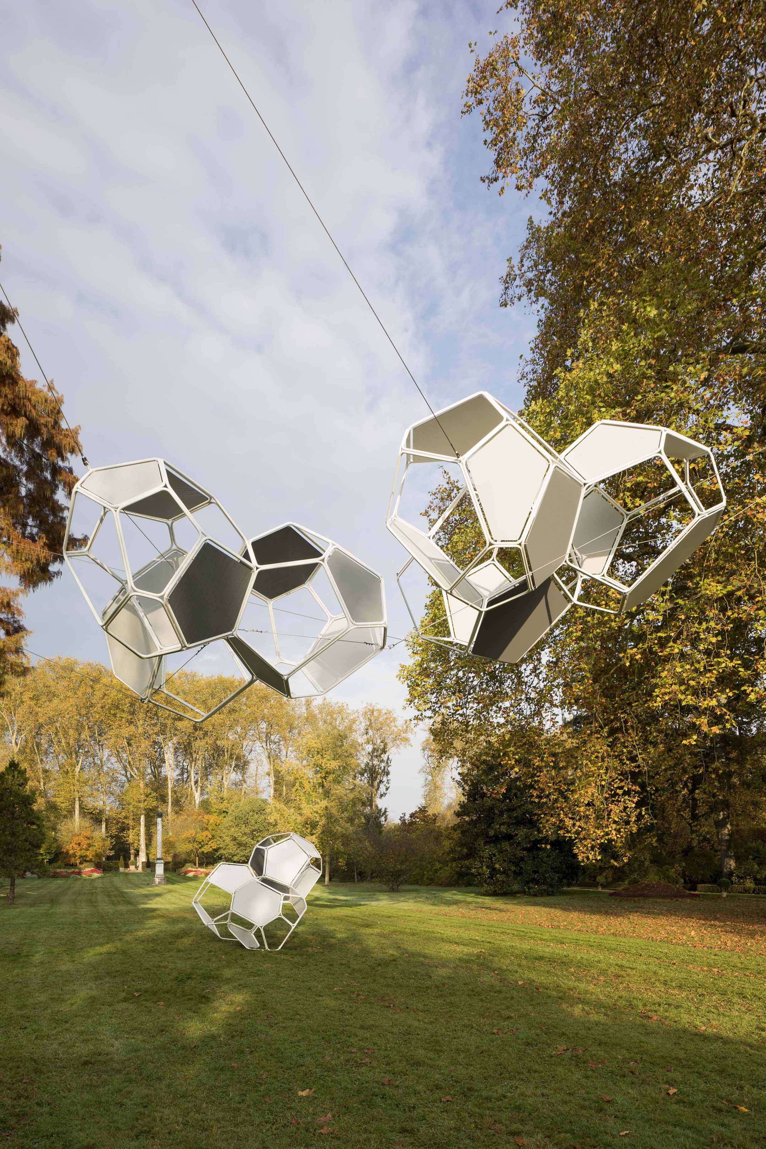 La structure aérienne de l'Argentin Tomàs Saraceno est composée de miroirs et ouvre de nouvelles perspectives. Tomás Saraceno, Cloud Cities : du sol au soleil, 2017 Acier, béton, contreplaqué, cables Courtesy de l'artiste