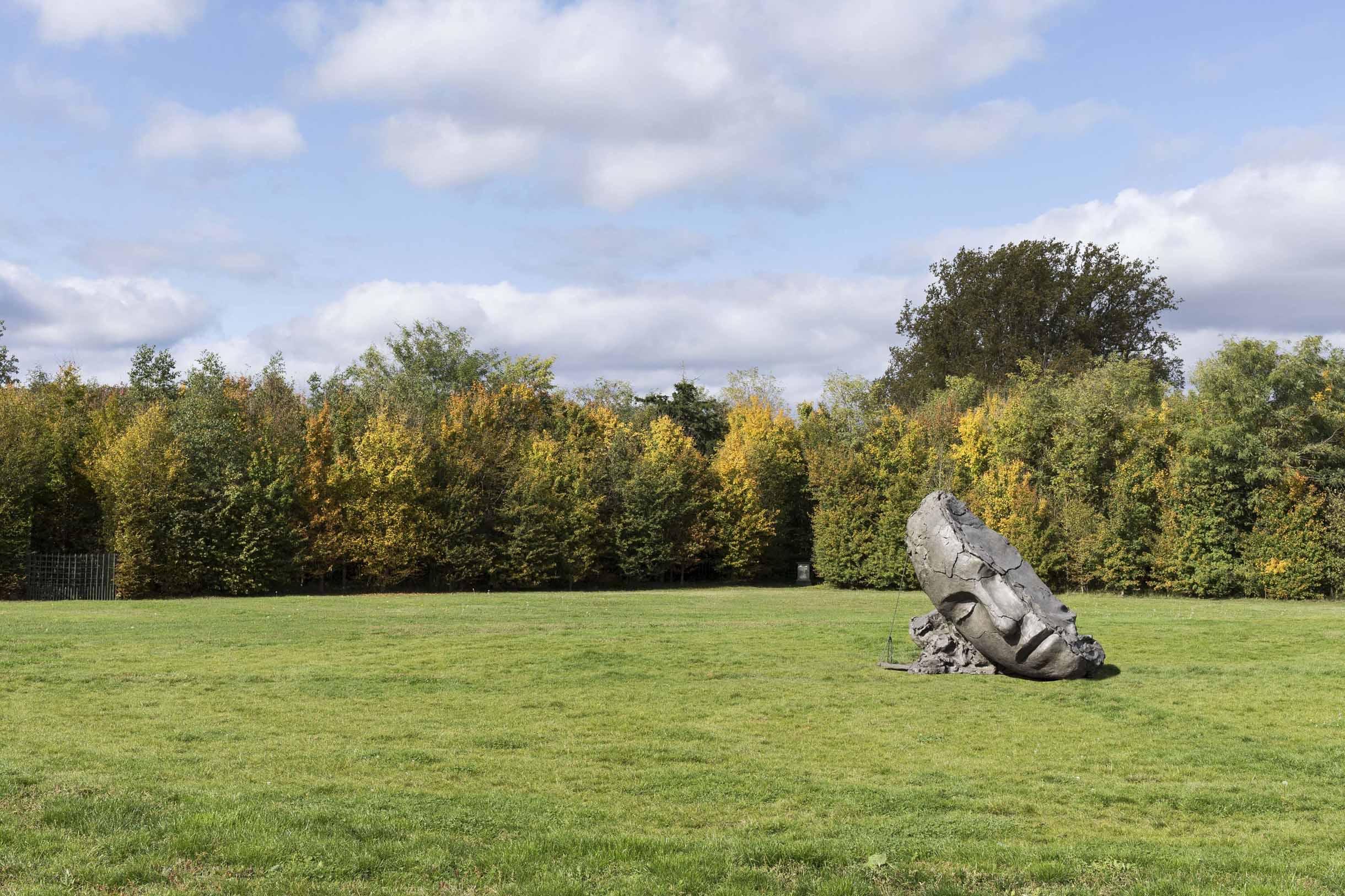 Le Bosquet de l'étoile se pare d'une tête androgyne fissurée, Mark Manders y agence la solitude tout en interrogeant le caractère illusoire de l'écoulement du temps. / Mark Manders, Dry Clay Head, 2015-2017 Bronze patiné Courtesy de l'artiste, Zeno X Gallery (Anvers), Tanya Bonakdar (New York)