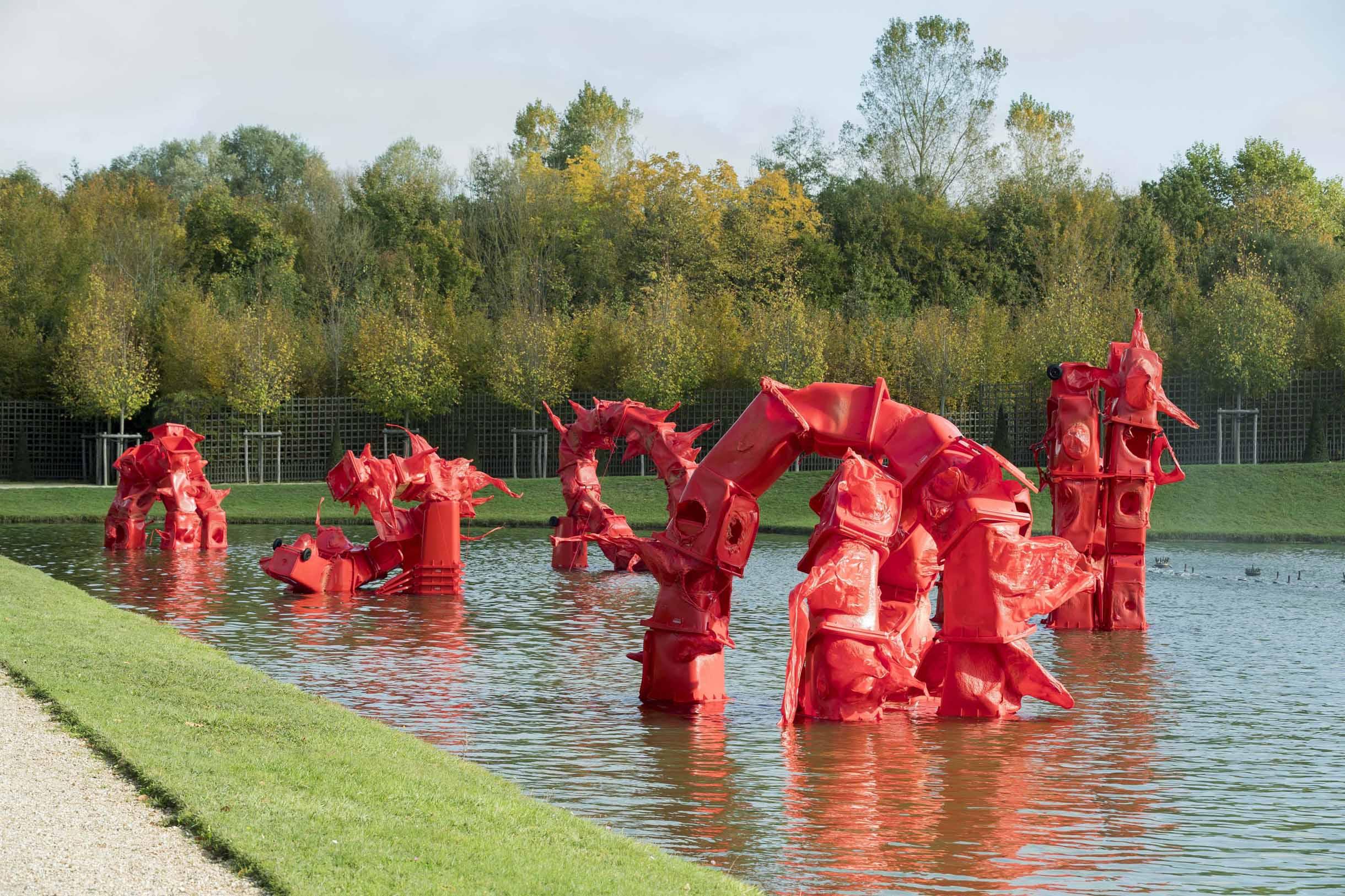 La sculptrice Anita Molinero s'approprie le bassin du miroir avec des  objets communs réalisés en PVC.