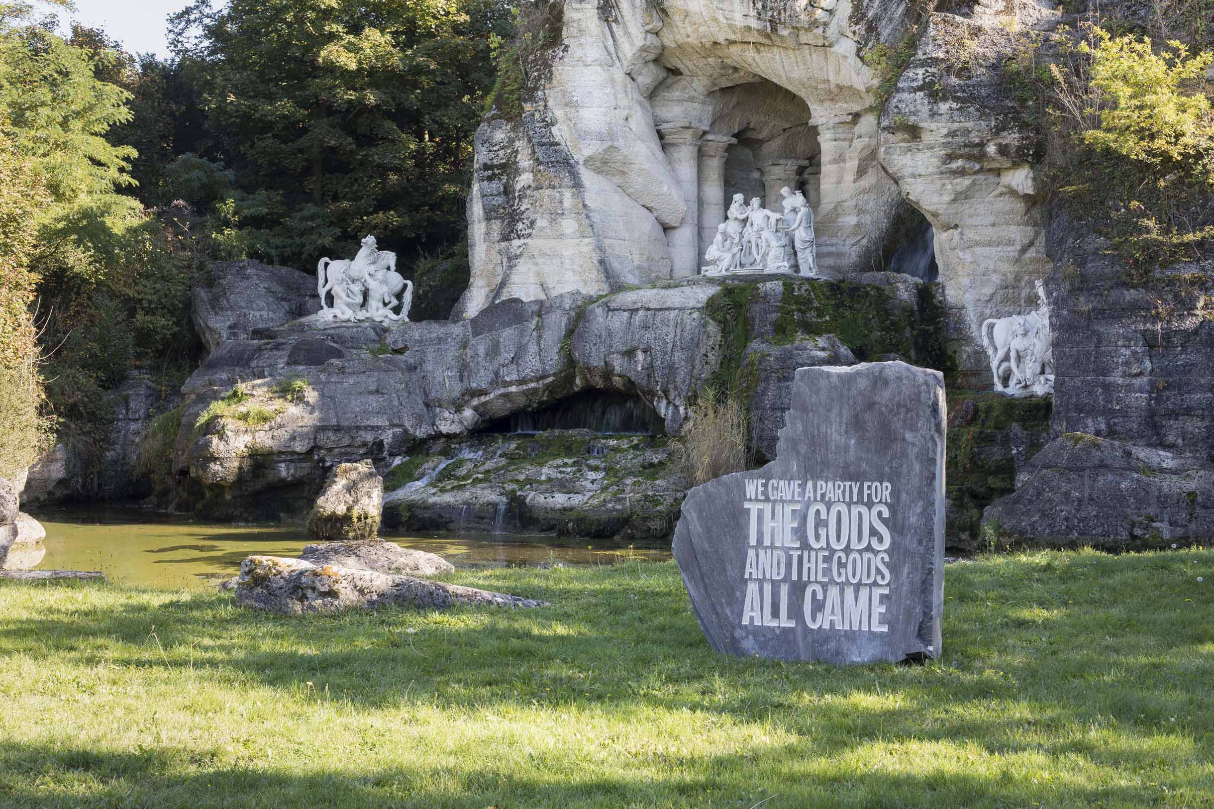 Des bains d'Apollon émerge la poésie de John Giorno, personnage iconique des premiers films d'Andy Warhol. Sa culture pop s'immisce audacieusement dans les jardins de Versailles / John Giorno, We gave a party for the gods and the gods all came, 2017 Roches calcaires gravées Courtesy de l'artiste