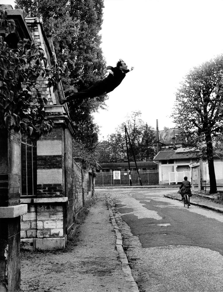 """Yves Klein, """"Le Saut dans le Vide"""", Fontenay-aux-Roses, France, 23 octobre 1960. © Succession Yves Klein c/o ADAGP, Paris"""