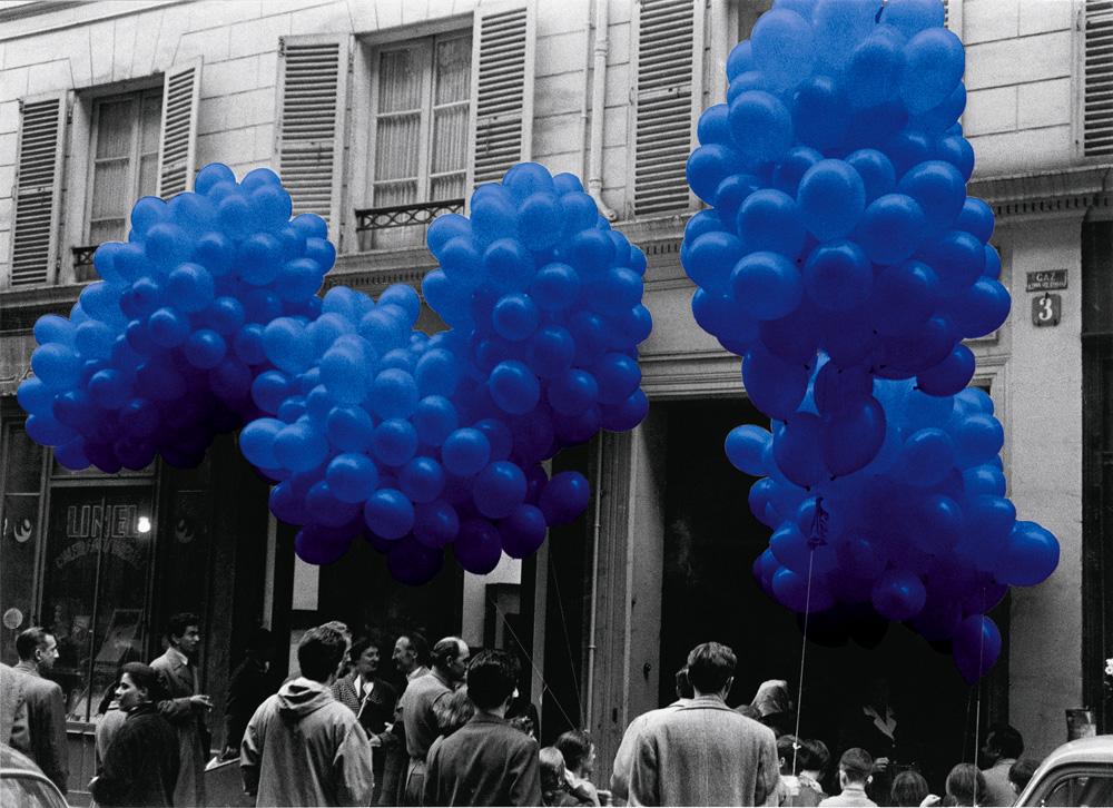 "Yves Klein, ""Sculpture aérostatique"" (1957). © Succession Yves Klein c/o ADAGP, Paris"