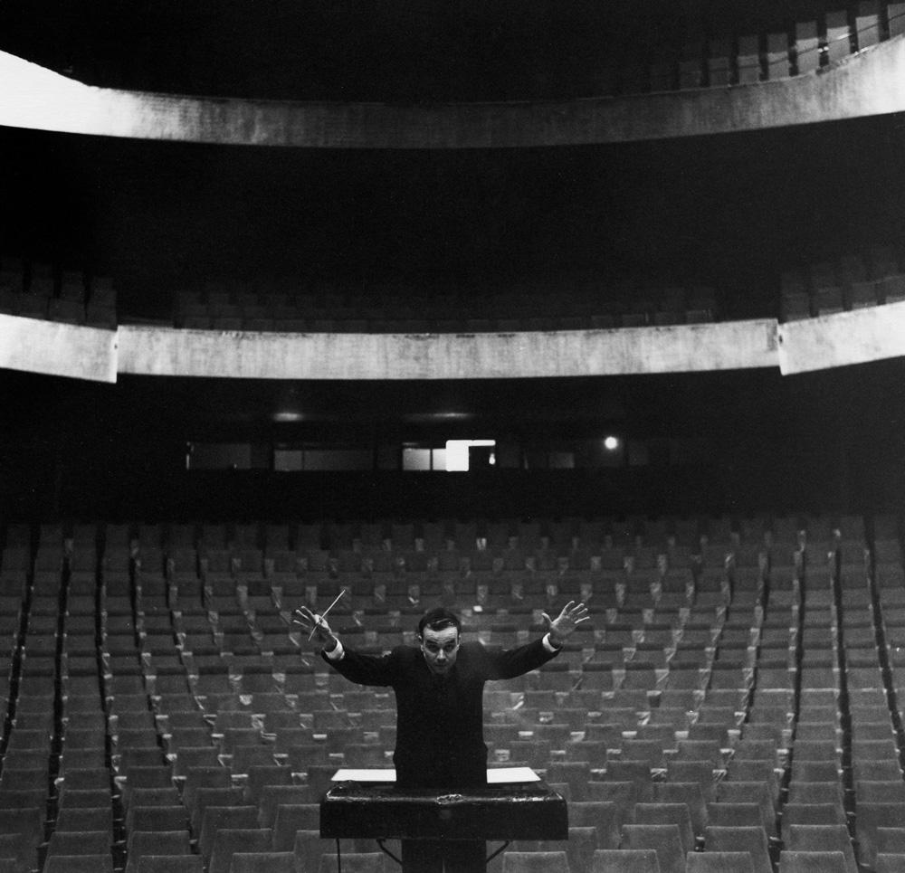 "Charles Wilp, ""Yves Klein chef d'orchestre, Opéra-Théâtre de Gelsenkirchen"" (1958). © ADAGP, Paris"