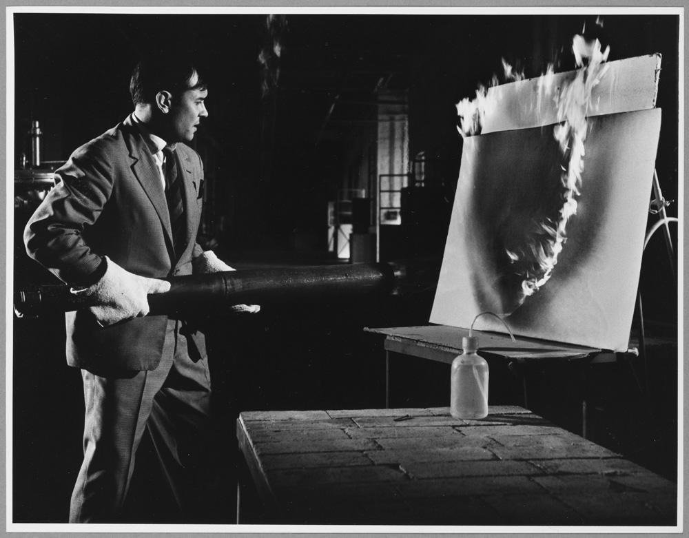 Yves Klein travaillant aux Peintures de Feu à la Plaine Saint Denis. © ADAGP, Paris