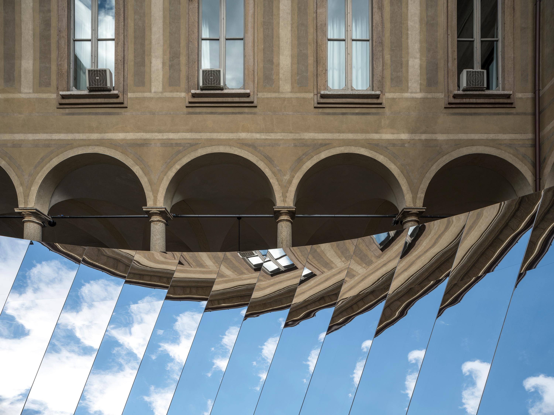 Vue de l'installation Open Sky de COS x Phillip K. Smith III, au Palazzo Isimbardi à Milan à l'occasion du Salone del Mobile 2018.
