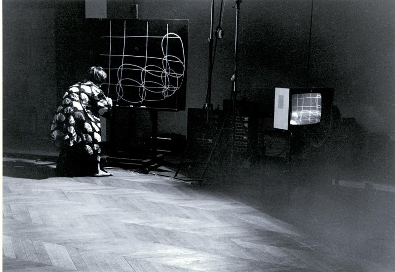 """Organic Honey's Vertical Roll, 1972, performance de Joan Jonas, Musee Galliera, Paris, 1973. Photo par Beatrice Heyligers"