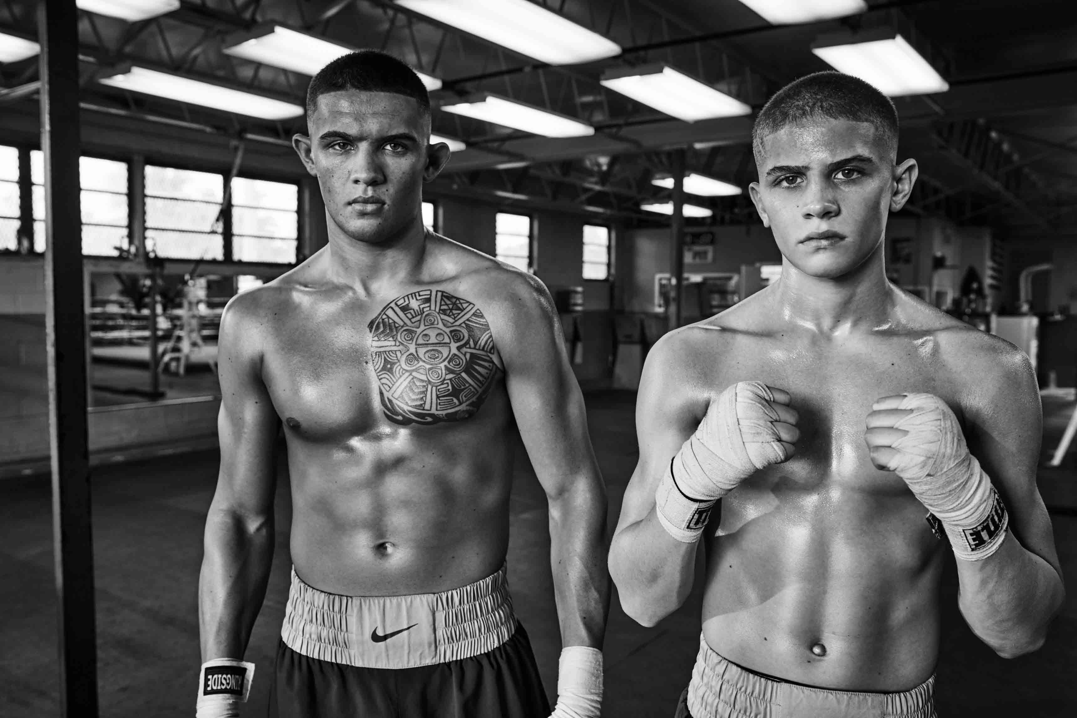 À gauche : short en satin de polyamide, Nike. Bandes de boxe, Ringside. À droite : short en satin de polyamide, Nike. Bandes de boxe, Title Boxing.
