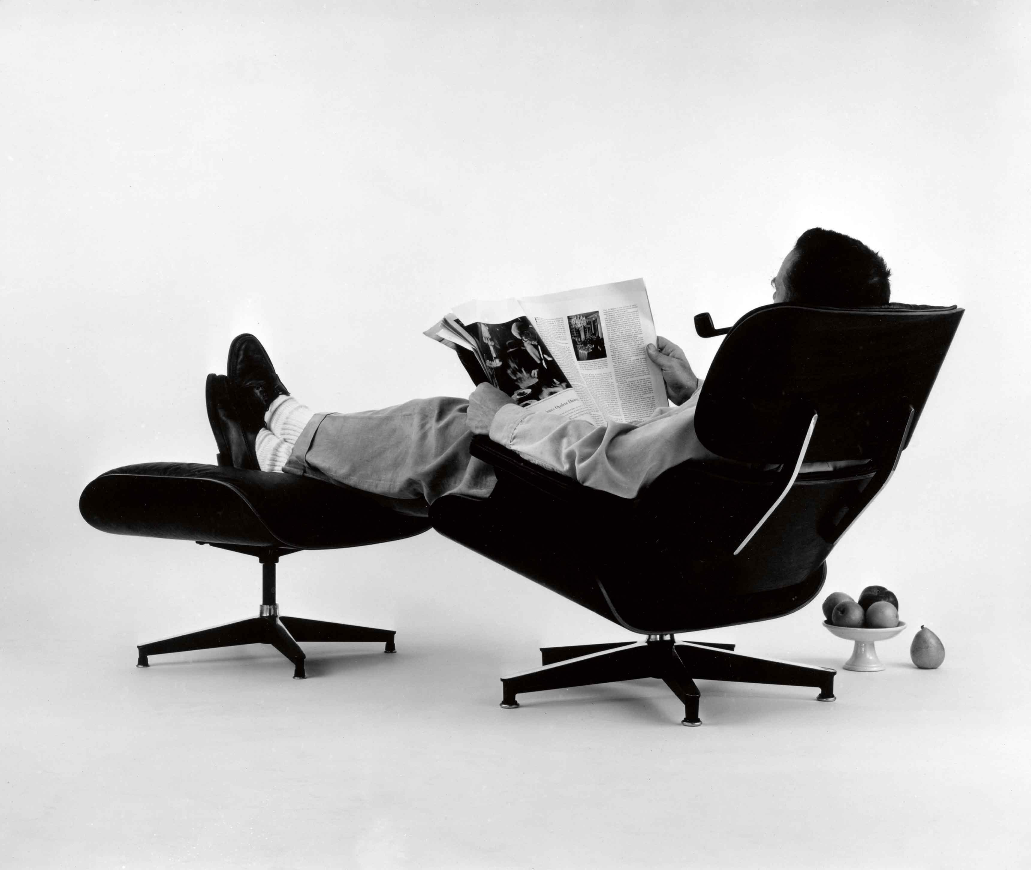 Charles Eames allongé sur la célèbre Lounge Chair & Ottoman du duo. Photo réalisée pour une publicité (1956).