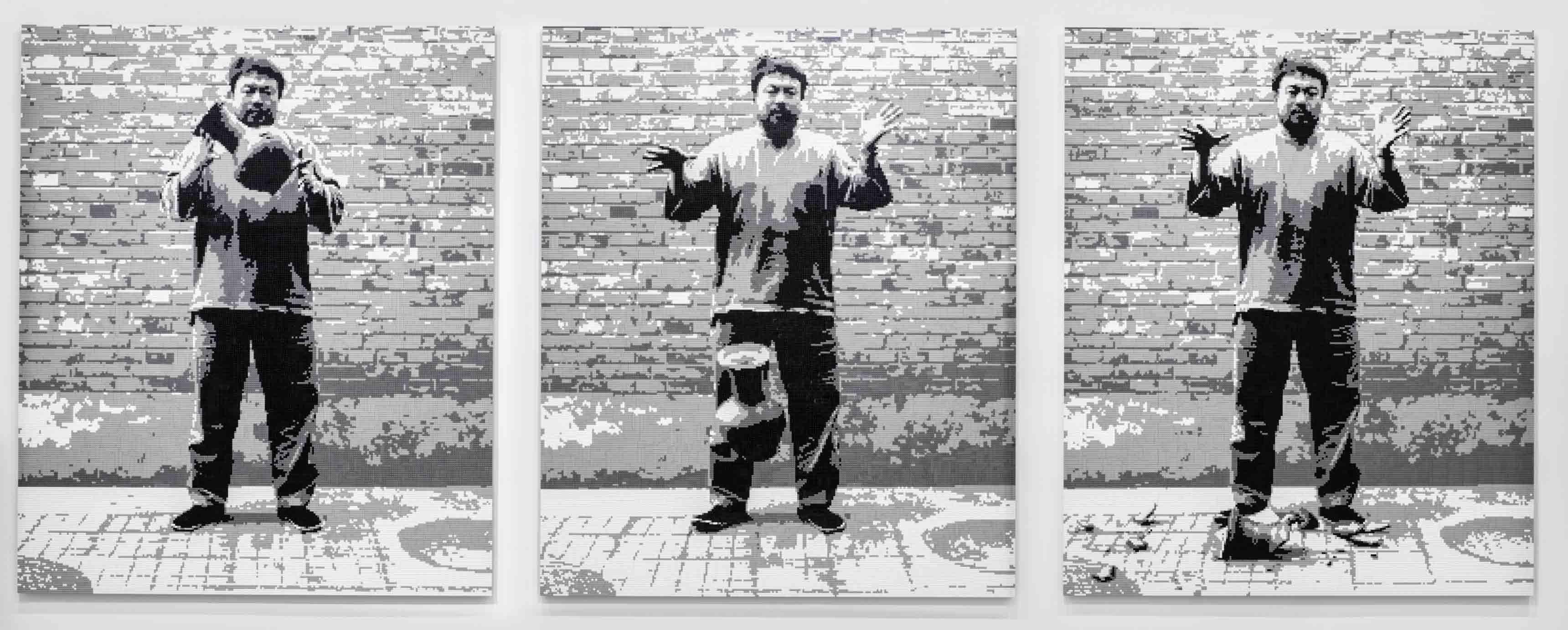 """Ai Weiwei, """"Dropping a Han Dynasty Urn"""" [Laisser tomber une urne de la dynastie Han] (2015). Briques de LEGO®. Panneaux de 240 x 192 x 3 cm. © Image courtesy Ai Weiwei Studio"""
