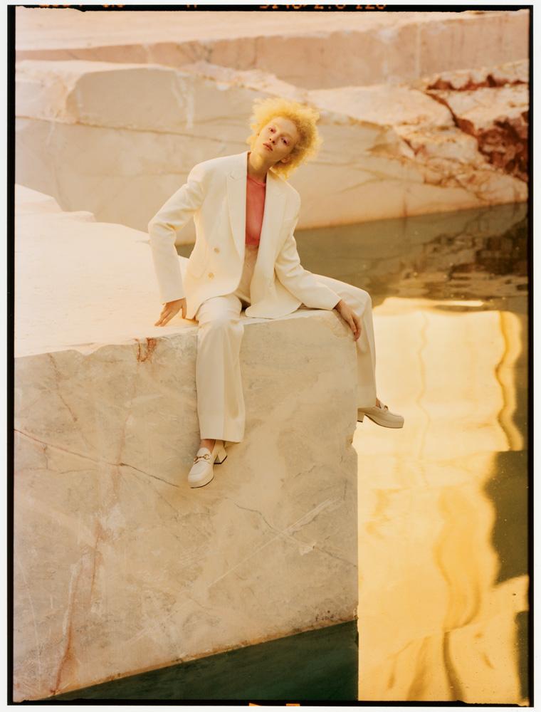 Veste et pantalon en coton, et haut en tulle, MERT & MARCUS 1994 X DSQUARED2. Chaussures, GUCCI.