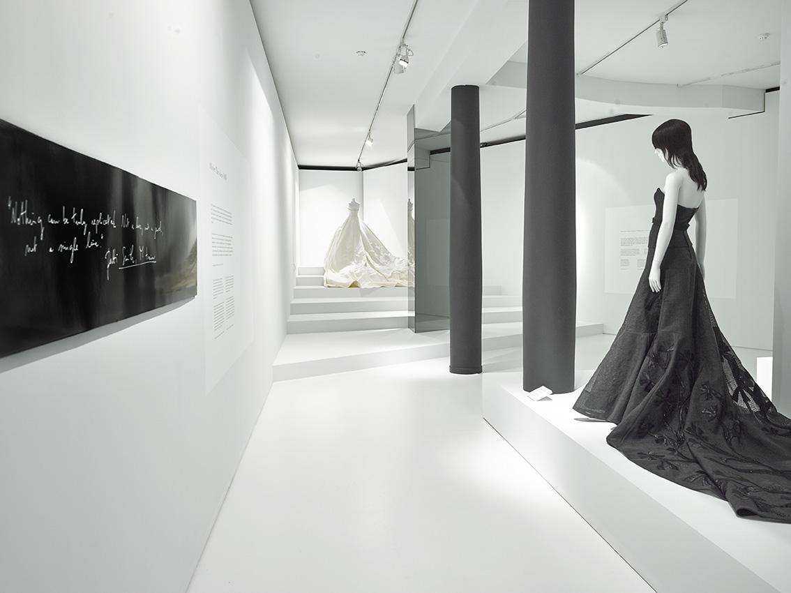 La robe de mariée pour Nell Diamond (à droite) et une robe de la collection Olivier Theyskens printemps-été 2017.
