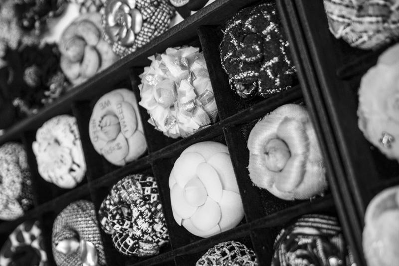 Camélias réalisés par Lemarié pour Chanel. Composés chacun de 16 pétales, ils sont tous conçus dans les ateliers de la maison.