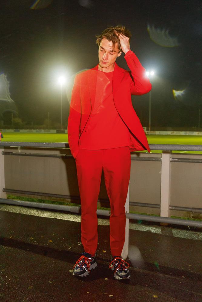 Costume en gabardine de coton et pull en maille de coton, Louis Vuitton. Sneakers, Lanvin.
