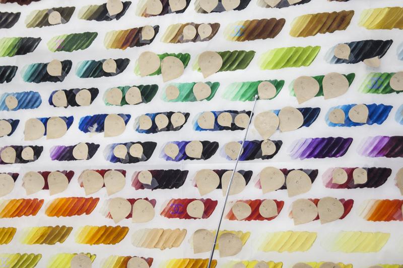 Tissu de la collection Chanel printemps-été 2014 sur lequel sont découpés des pétales destinés à la confection d'un camélia.