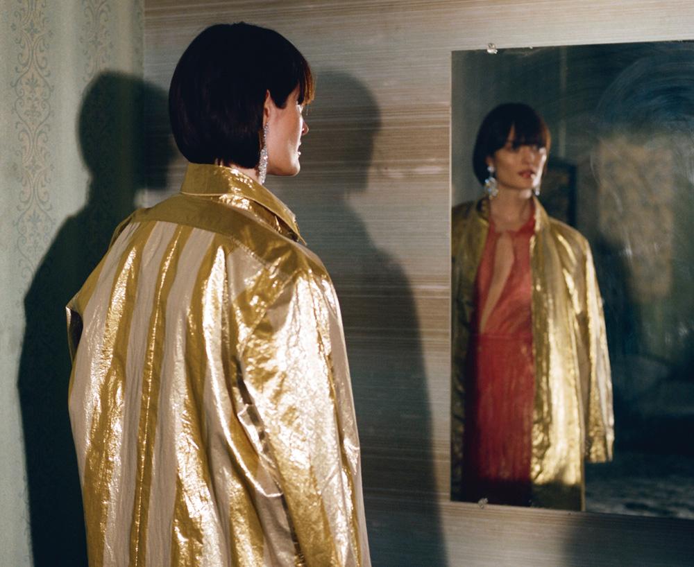 À droite : robe chemise en lamé rayé, blouse et jupe en organza de polyester, FORTE FORTE. Boucles d'oreilles, BURMA