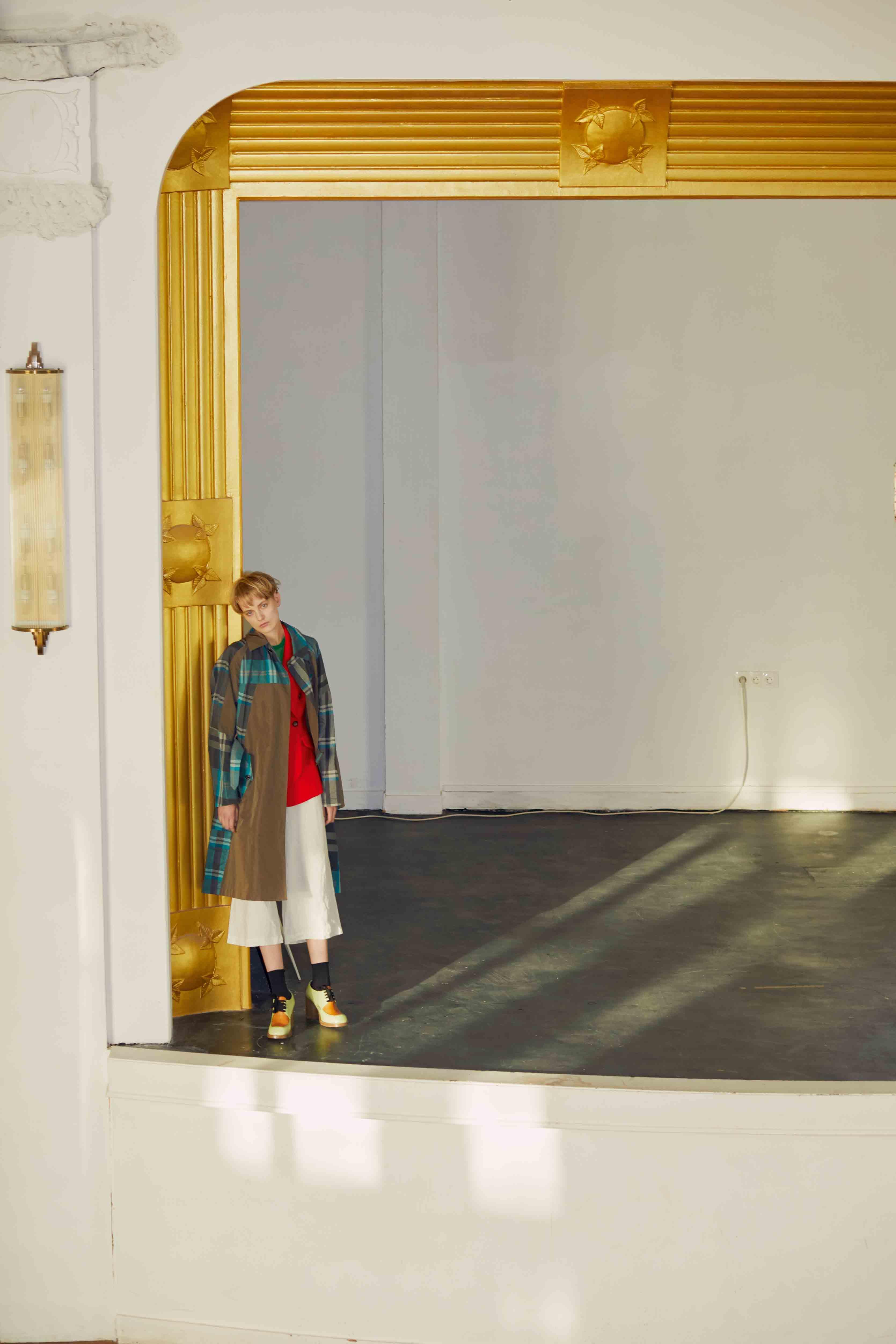 Trench, KOLOR. Veste en coton, ALTUZARRA. Pantalon en lin, 120% LINO. Chaussettes, FALKE. Chaussures, MARNI. Mannequin : Sunniva Vaatevik chez Viva Model Management. Coiffure : Olivier de Vriendt chez Artlist Paris. Maquillage : Satoko Watanabe chez Artlist Paris. Manucure : Laura Forget chez Artlist Paris. Assistant réalisation : Fernando Damasceno.