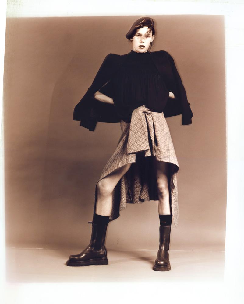 Veste en laine et satin, haut en georgette de soie et jupe en laine, CHLOÉ. Béret, ZIMMERMANN. Chaussettes, FALKE. Bottes, BOTTEGA VENETA.
