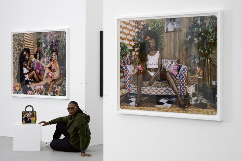 Mickalene Thomas photographiée devant ses œuvres sur le stand de la galerie Yancey Richardson à Miami Beach.