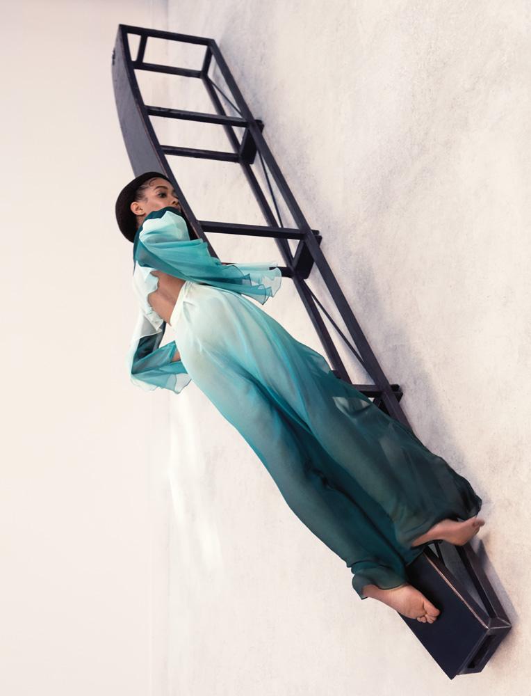Robe chemise en mousseline dégradée à manches pagode, AZZARO COUTURE.