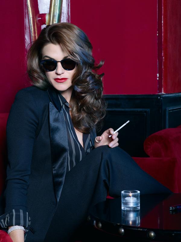 Smoking et chemise, LANVIN. Lunettes, BOTTEGA VENETA. Bracelet, CARTIER. Bague, PIAGET.