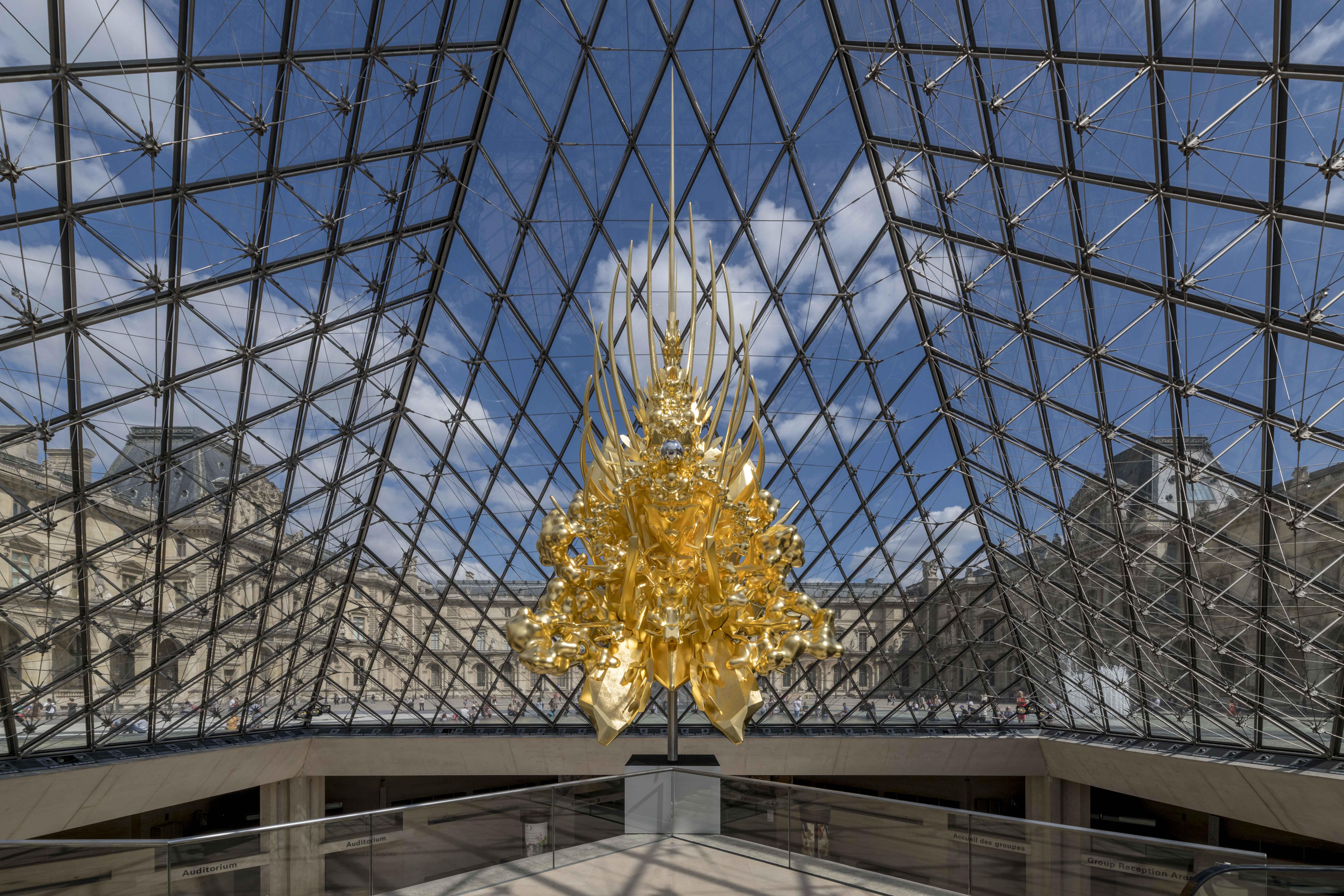 """Throne"" sous la pyramide du Louvre, Kohei Nawa, 2018. Photo par Nobutada Omote Sandwich."